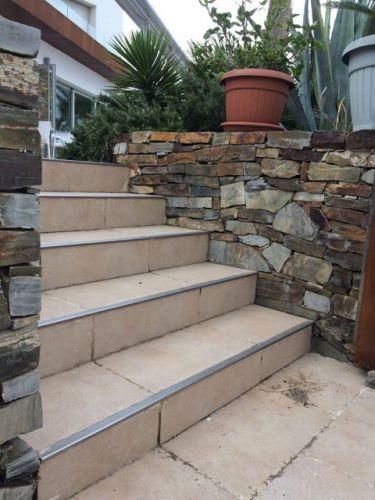 Escaleras con muro mampostería cuarcita