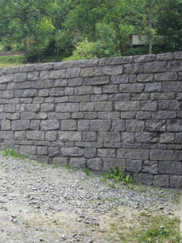 Basalt muurstenen aangelegde tuinmuur met voegen