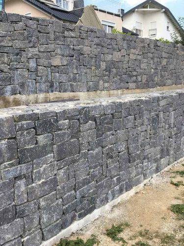 Basalt muurstenen aangelegde stapelmuur (strak gestapeld)