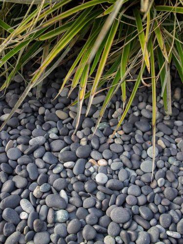 Beach pebbles zwart 8 - 16mm aangelegd