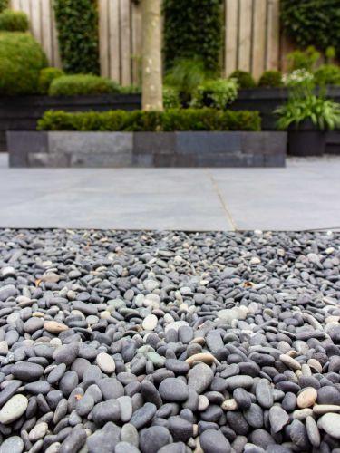 Beach Pebbles Schwarz 8 - 16mm verlegt Garten