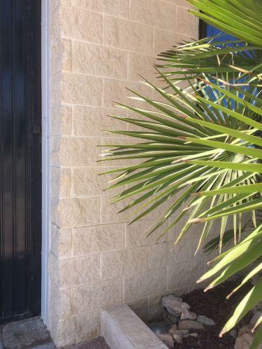 Muro creado con los bloques de hormigón hueco SPLIT crema