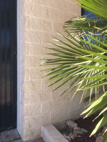Muro hecho con los Bloques de esquina SPLIT crema