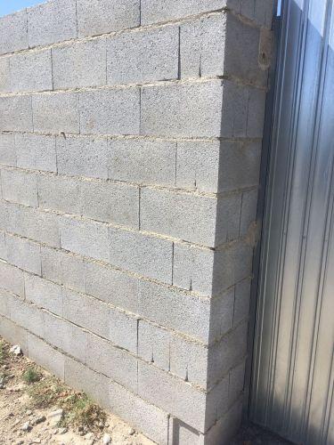 Bloques de hormigón liso gris instalado