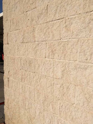 Muro creado con bloques SPLIT crema