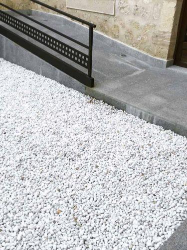 Canto Rodado Blanco 15 - 25mm instalado
