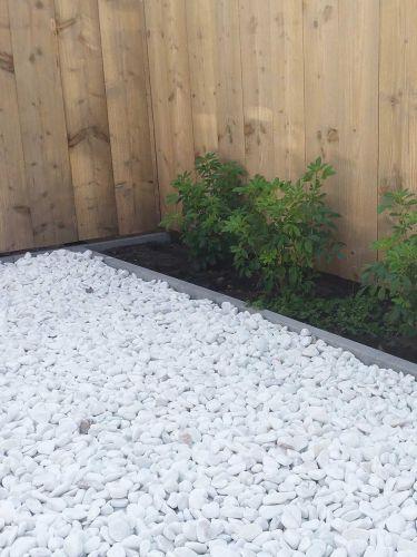 Jardín con Canto Rodado Blanco 25 - 40mm y bordes Multi-Edge