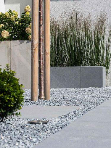 Canto Rodado Gris Nevada 8 - 16mm jardin instalada