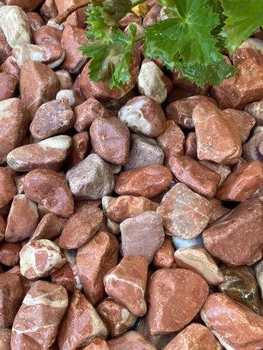 Canto rodado rojo mármol 25 - 40mm instalado (mojado)