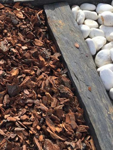 Corteza de pino en contraste con canto rodado blanco