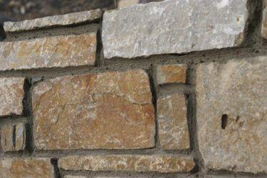 Mauersteine Quarzit in Gartenmauer