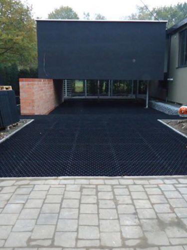 Einfahrt angelegt mit Kiesgitter Easygravel® und Basalt