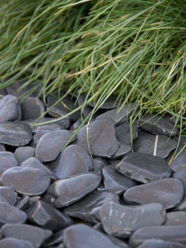 Flat Pebbles zwart 30 - 60 aangelegd