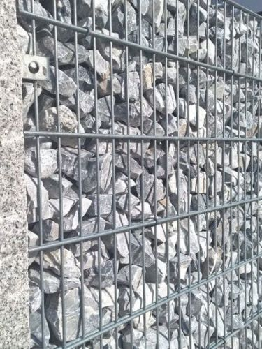Ice Blue Bruchsteine verlegt in Gabionen