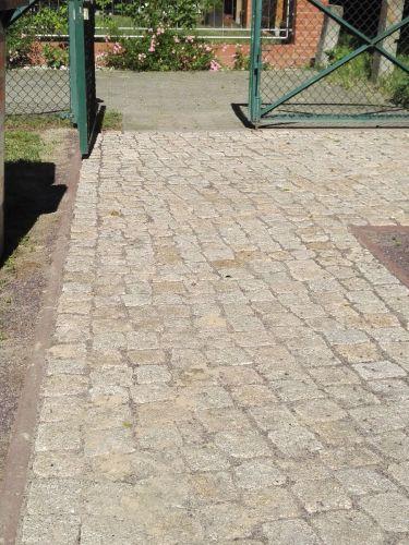 Kinderkoppen geel graniet 8 - 10cm aangelegd