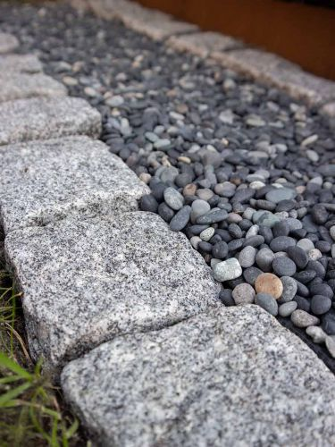 Kasseien grijs in combinatie met Beach Pebbles zwart 5 - 8mm