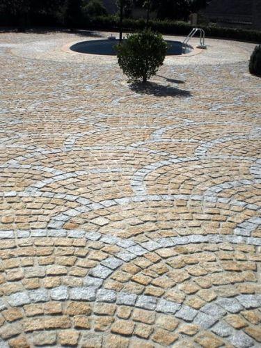 Kopfsteinpflaster Granit gelb 8 - 10 verlegt (mit grau kombiniert)