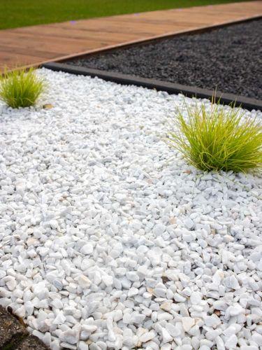 Marmolina blanca 16 - 25mm instalada en combinación con plantas