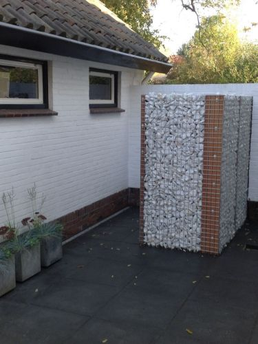 Marmor weiß Bruchsteine verlegt in Gabionen