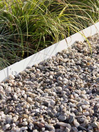 Wit grind tuin aangelegd met een multi-edge afboording