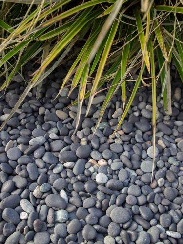 Piedra de mar negra 8 - 16mm instalada en jardín