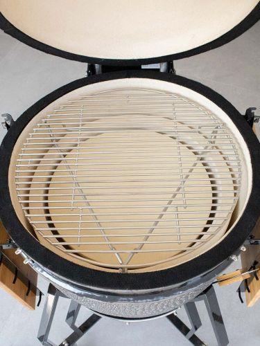 de heat deflector Large geplaatst in een BBQ met daarop het grillrooster