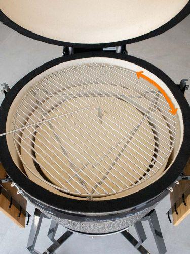 het grillooster is nog makkelijk draaibaar met de plate setter geplaatst in tegenstelling tot andere modellen