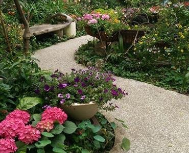 Einen Gartenweg anlegen mit Kies oder Splitt