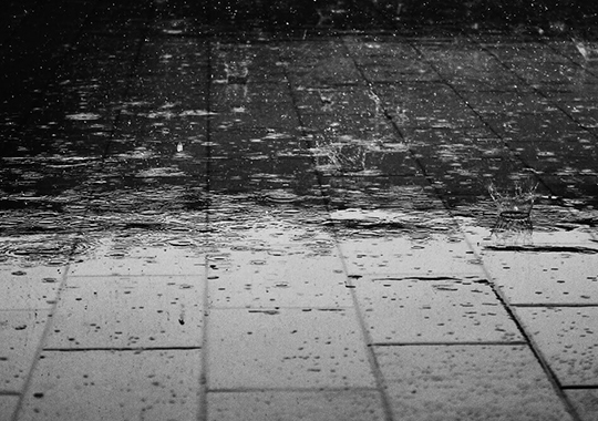Regen op tuintegels