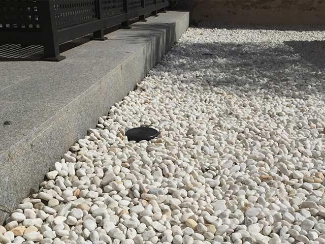 Jardin con gravilla en interiores o patios de luces