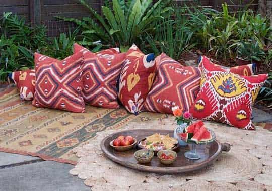 Jardín con cojines estilo mediterráneo