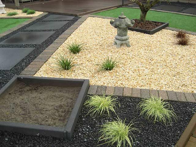 Jardin con senderos de gravilla