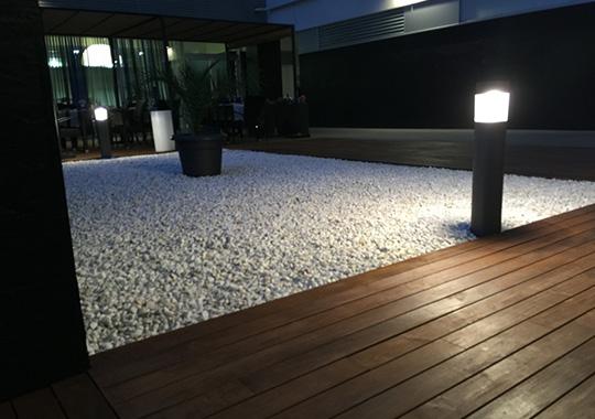 jardín minimalista blanco marmol